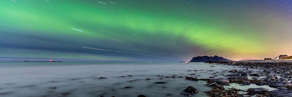 Northern lights at Flø, Norway with Grasøyane Lighthouse to the left.   Nordlys på Flø, Norge. Med Grasøyane fyr til venstre.