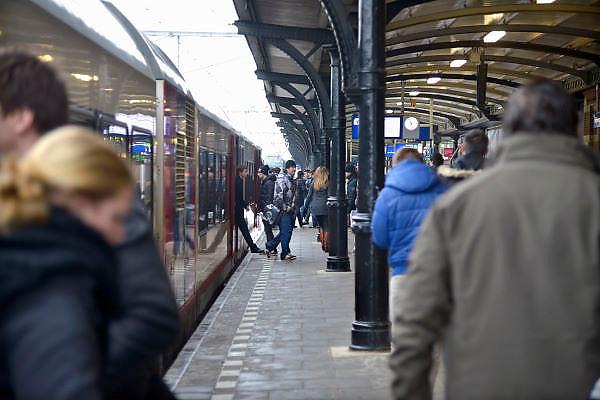 Nederland, Nijmegen, 15-1-2013De N.S. heeft grote problemen door het winterse weer en heeft de dienstregeling aangepast. Passagiers op station Nijmegen.Tussen Oss en Nijmegen is een seinstoring waardoor vanuit en in die richting geen treinen rijden.Foto: Flip Franssen