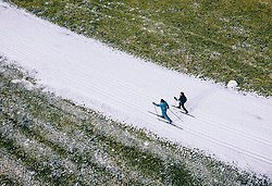 THEMENBILD - Langlaeufer auf einer Kunstschnee Langlauf Loipe in der grünen Landschaft, aufgenommen am 25. Dezember 2018 in Kaprun, Oesterreich // Cross-country skier on a artificial snow track in the green countryside, Kaprun, Austria on 2018/12/25. EXPA Pictures © 2018, PhotoCredit: EXPA/ JFK