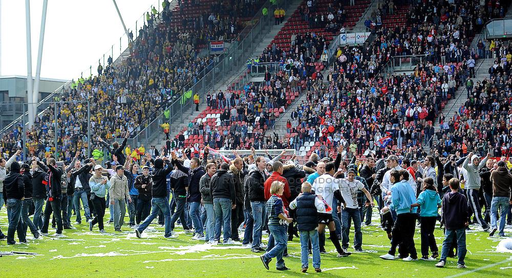 16-05-2010 VOETBAL: FC UTRECHT - RODA JC: UTRECHT<br /> FC Utrecht verslaat Roda in de finale van de Play-offs met 4-1 en gaat Europa in / Utrecht publiek viert massaal hun feestje op het veld <br /> ©2010-WWW.FOTOHOOGENDOORN.NL