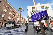 Spanje, El Ejido, 6-11-2019  In het stadscentrum wordt een straat opgeknapt en van nieuwe straatverlichting voorzien met steun van het regionaal fonds subsidie van de eu, europese unie .In dit deel van Andalucie worden veel groente en fruit verbouwd die hun weg vinden via de export naar o.a. Nederland . Het wordt de zee van plastic genoemd omdat de kassen opgebouwd zijn van houten of metalen palen bedekt met zwaar plastic. Er kunnen soms vier oogsten per jaar gehaald worden. Het plastic kan ingeleverd worden bij een afvalbedrijf wat het recycled. Komende week zijn er algemene verkiezingen in Spanje en de populistische partij Vox heeft hier een grote aanhang. In de kassen werken voornamelijk migranten uit Afrika, en arbeidsmigranten uit Oost-Europa die een laag loon uitbetaald krijgen, tussen de 30 en 40 euro per 8 urige dag, werkdag, afhankelijk van de werkgever. Er wordt door de kaseigenaren en transportbedrijven goed verdiend maar de boeren vinden dat ze teveel negatieve aandacht krijgen in de media in noord-europa.Foto: Flip Franssen