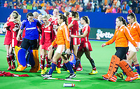 BOOM -  Teleurstelling bij Kiki Collot D'Escury, Larissa Meijer en Valerie Magis (r) , terwijl de Engelsen feesten  na de halve finale van het EK hockey tussen de vrouwen van Nederland en Engeland (1-1) Engeland wint na shoot out. ANP KOEN SUYK
