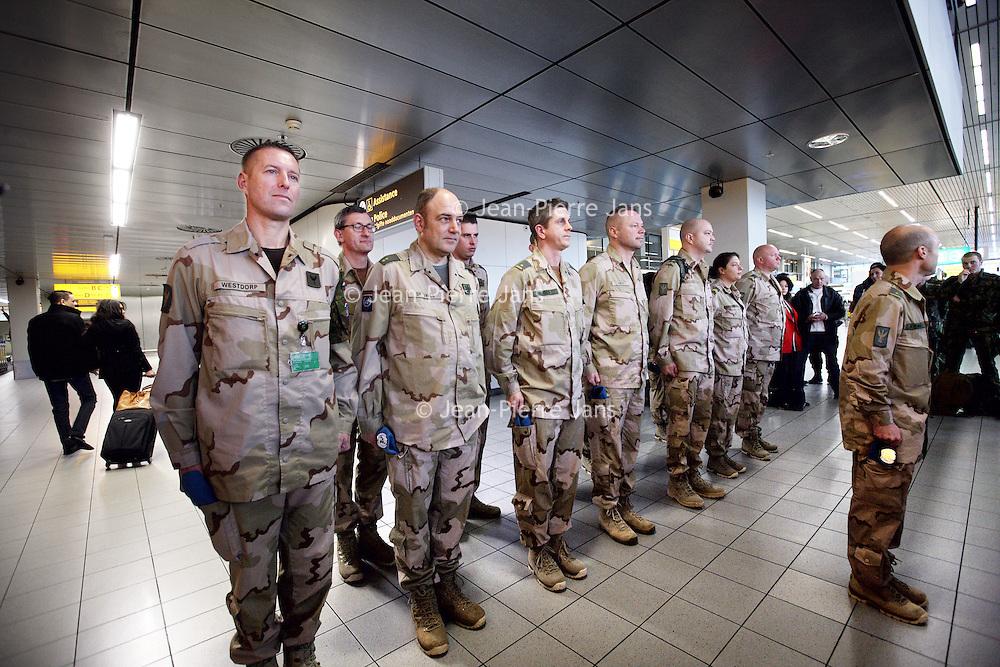 Nederland, Amsterdam Schiphol , 6 januari 2014.<br /> De eerste Nederlandse militairen vertrekken op maandag 6 januari vanaf Amsterdam Airport Schiphol naar Mali. Deze militairen, voornamelijk genisten en kwartiermakers, zullen de komst voorbereiden van de hoofdmacht, die naar verwachting in maart naar Mali vertrekt om te worden ingezet voor de United Nations Multidimensional Integrated Stabilisation Mission (MINUSMA). Deze eerste groep bestaat uit 14 militairen. Zij zullen het Nederlandse kampement, waaronder werk- en slaapverblijven, opbouwen. <br /> <br /> The first 14 Dutch soldiers left on Monday, January 6th from Amsterdam Airport Schiphol to Mali. These soldiers, mainly engineers and quartermasters, will prepare the arrival of the main force, which will be  arriving in Mali in March and will be deployed for the United Nations Stabilization Mission Multidimensional Integrated (MINUSMA).