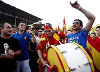 GEPA-2206085501 - BASEL,SCHWEIZ,22.JUN.08 - FUSSBALL - UEFA Europameisterschaft, EURO 2008, Host City Fan Zone, Fanmeile, Fan Meile, Public Viewing. Bild zeigt Spanien-Fans und Italien-Fans.<br />Foto: GEPA pictures/ Andreas Pranter