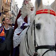 NLD/Amsterdam/20111117 - Inloop Bennie Stout in premiere voor Sinterklaas, Sinterklaas op zijn paard met Johan Nijenhuis