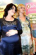 1 maart kruipen vier kinderen van kinderopvanglocaties Club Fiësta en de Tuuf uit Amsterdam voor één dag in de huid van een journalist. Onder leiding van presentatrice Daphne Deckers interviewen zij BN-ers en genodigden . Tevens de presentatie van het nieuwe startpakket HET BEGINT MET LEZEN en de bijbehoorende DE Sesamstraatboeken in de OBA<br /> <br /> Op de foto:   Kim-Lian van der Meij en Tooske Ragas (beide zwanger) o.a. Kim-Lian van der Meij , Tooske Ragas en Daphne Deckers