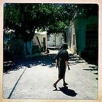 Kreta, Kroustas , 23 juli 2013.<br /> <br /> Een straatje in het bergdorpje Kroustas even ten Zuiden van Kritsa in het Noord Oosten van Kreta.<br /> Summer holiday on the Greek island of Crete. Streetview.