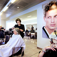 Nederland, Amsterdam , 26 april 2013.<br /> Kapper Mika van Leeuwen van kapsalon Rob Peetom in de Bijenkorf aan het werk<br /> Foto:Jean-Pierre Jans