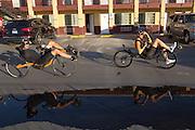 De fietsers komen terug van de training. Het Human Power Team Delft en Amsterdam is aangekomen in Battle Mountain en begint met de voorbereidingen. In Battle Mountain (Nevada) wordt ieder jaar de World Human Powered Speed Challenge gehouden. Tijdens deze wedstrijd wordt geprobeerd zo hard mogelijk te fietsen op pure menskracht. Ze halen snelheden tot 133 km/h. De deelnemers bestaan zowel uit teams van universiteiten als uit hobbyisten. Met de gestroomlijnde fietsen willen ze laten zien wat mogelijk is met menskracht. De speciale ligfietsen kunnen gezien worden als de Formule 1 van het fietsen. De kennis die wordt opgedaan wordt ook gebruikt om duurzaam vervoer verder te ontwikkelen.<br /> <br /> The Human Power Team Delft and Amsterdam has arrived in Battle Mountain and is preparing for the race. In Battle Mountain (Nevada) each year the World Human Powered Speed Challenge is held. During this race they try to ride on pure manpower as hard as possible. Speeds up to 133 km/h are reached. The participants consist of both teams from universities and from hobbyists. With the sleek bikes they want to show what is possible with human power. The special recumbent bicycles can be seen as the Formula 1 of the bicycle. The knowledge gained is also used to develop sustainable transport.
