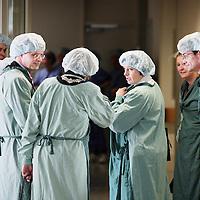 Nederland.Capelle aan de IJssel.2 april 2007..Premier Balkenende in IJslandziekenhuis in steriele kleding, voordat hij de vernieuwde Operatiekamer zal gaan betreden.