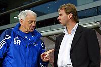 Fotball<br /> Newcastle-manager Sir Bobby Robson i samtaler med Stan Valckx før møtet mellom Newcastle og PSV Eindhoven i UEFA-cupen<br /> 7. april 2004<br /> Foto: Digitalsport<br /> Norway Only