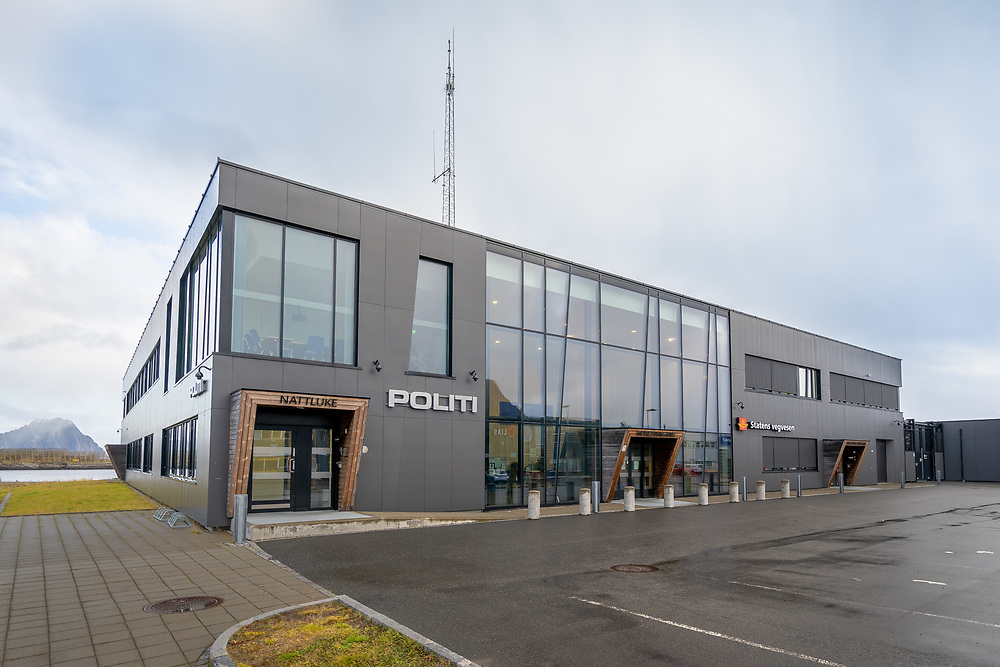 Politistasjonen og trafikkstasjonen deler adresse i Vorsetøyveien i Svolvær.