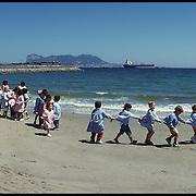 mei-1999-Spanje, Algeciras non met peuters wandelend langs het strand.<br /> Foto: Sake Elzinga