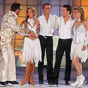 NLD/Ede/20110415 - Finale Sterren Dansen op het IJs 2011, Gerard Joling met de finalisten Darya Nucci, Michael Boogerd, Ryan Schollert, en Jenny Smit