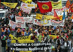 Estudantes caras-pintadas, da rede pública de ensino, fazem um protesto nas ruas de Porto Alegre  contra a corrupção no governo. FOTO: Jefferson Bernardes / Preview.com