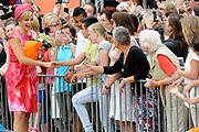 Zijne Majesteit Koning Willem-Alexander en Hare Majesteit Koningin Máxima bezoeken de provincie Flevoland. Koning en Koningin  bij het Stadhuisplein van Lelystad en ontmoeten Multiculturele groepen in klederdracht<br /> <br /> His Majesty King Willem-Alexander and Máxima Her Majesty Queen visits the province of Flevoland.King and Queen at the Town Hall of Lelystad and meet Multicultural groups in costume