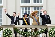 Koning Willem-Alexander, koningin Máxima, prins Constantijn en prinses Laurentien groeten het publiek vanaf het bordes van Paleis Noordeinde. <br /> <br /> Budget Day 2013 King Willem-Alexander, Queen Máxima, Prince Constantijn and Princess Laurentien greet the crowd from the balcony of Noordeinde Palace.