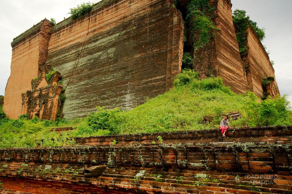 Gitl sitting at the walls og Mingun temple