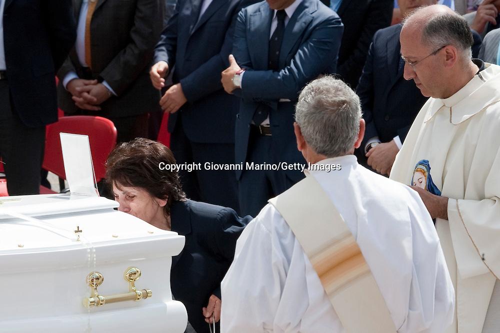 """Potenza (PZ), 02-07-2011 ITALY -  Funerali di Elisa Claps. Migliaia di persone hanno accolto l'arrivo in piazza Don Bosco della bara di Elisa Claps, portata sulla spalle anche da alcune persone dell'associazione """"Libera"""". <br /> Foto Giovanni Marino/Getty Images"""