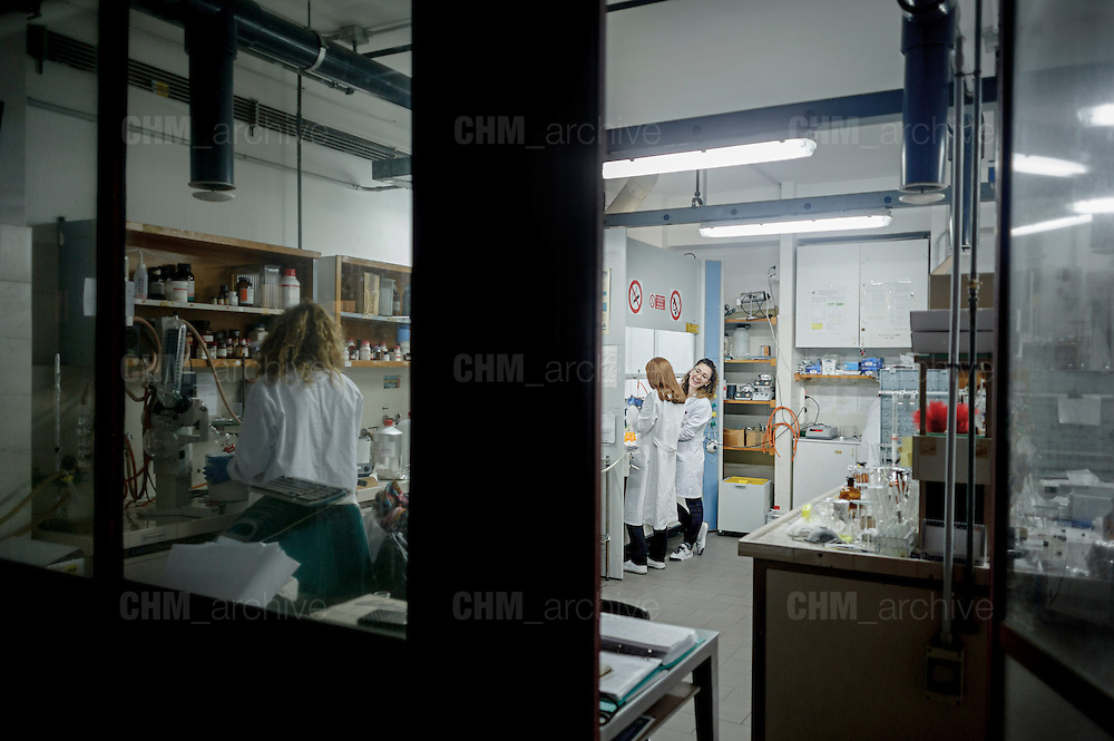 Researchers working in the laboratories of the department pharmacy and science of medicine of Bari University. Bari, 5 November 2013. Christian Mantuano / OneShot