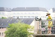 Staatsbezoek aan Luxemburg dag 1 / State visit to Luxembourg day 1<br /> <br /> Op de foto / On the photo: Stadswandeling met onderweg uitleg over de historie van de (beneden)stad Luxemburg. Koning Willem Alexander / City walk with an explanation about the history of the (lower) city of Luxembourg King Willem Alexander and Queen Maxima