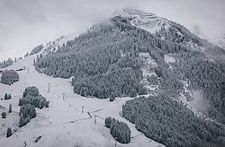THEMENBILD - der erste Schnee liegt auf den Hängen des 12er Kogel. Auf dieser Piste verlaufen die Rennstrecken der Ski WM 2025, aufgenommen 12. Oktober 2020 in Saalbach Hinterglemm, Oesterreich // the first snow lies on the slopes of the 12er Kogel. The race tracks of the Ski WM 2025 run on this slope, in Saalbach Hinterglemm, Austria on 2020/10/12. EXPA Pictures © 2020, PhotoCredit: EXPA/Stefanie Oberhauser