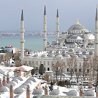 Istanbul, Turkey 18 February 2008 <br /> View of a snow-covered Blue Mosque, Istanbul. <br /> Photo: Ezequiel Scagnetti