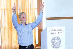 O candidato à reeleição pelo PDT em Porto Alegre, José Fortunati, durante a votação na primeira zona eleitoral, seção 077 do colégio Paula Soares. FOTO: Jefferson Bernardes/Preview.com