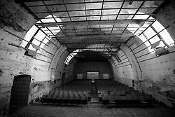 Questa è la sala principale del vecchio cinema Massimo di Lizzano (Ta). Anche se in stato di abbandono, conserva ancora la sua anima. Molte cose sono state trafugate, ma i seggiolini sono perfortuna rimasti. Il tetto è andato distrutto però è visibile ancora la struttura di legno che ospitava i pannelli per l'insonorizzazione della sala.