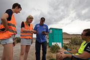 Teamleden praten met een toeschouwer bij de catch. Het Human Power Team Delft en Amsterdam, dat bestaat uit studenten van de TU Delft en de VU Amsterdam, is in Amerika om tijdens de World Human Powered Speed Challenge in Nevada een poging te doen het wereldrecord snelfietsen voor vrouwen te verbreken met de VeloX 7, een gestroomlijnde ligfiets. Het record is met 121,44 km/h sinds 2009 in handen van de Francaise Barbara Buatois. De Canadees Todd Reichert is de snelste man met 144,17 km/h sinds 2016.<br /> <br /> With the VeloX 7, a special recumbent bike, the Human Power Team Delft and Amsterdam, consisting of students of the TU Delft and the VU Amsterdam, wants to set a new woman's world record cycling in September at the World Human Powered Speed Challenge in Nevada. The current speed record is 121,44 km/h, set in 2009 by Barbara Buatois. The fastest man is Todd Reichert with 144,17 km/h.