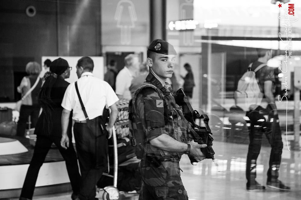 mercredi 7 septembre 2016, 9h33, Roissy-en-France. Soldat du 3ème Régiment Parachutiste d'Infanterie de Marine dans la zone contrôlée de l'aéroport Charles de Gaulle lors d'une alerte au bagage oublié. <br /> <br /> Découvrir le livre Sentinelles, ils veillent sur Paris http://www.editionspierredetaillac.com/nos-ouvrages/catalogue/beaux-livres/sentinelles-ils-veillent-sur-paris
