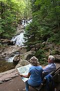 Wanderer am Riesloch Wasserfall, Bodenmais, Bayerischer Wald, Bayern, Deutschland | walkers, Riesloch waterfall, Bodenmais, Bavarian Forest, Bavaria, Germany