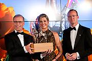Uitreiking Koning Willem I prijs. De prijs, in de vorm van een beeldje, werd in de Nederlandse bank - Amsterdam uitgereikt door koningin Máxima, erevoorzitter van de stichting. <br /> <br /> King Willem I Award ceremony. The price in the form of a statuette, was in the Dutch banking - Amsterdam awarded by Queen Máxima, Honorary President of the Foundation.<br /> <br /> Op de foto / On the photo:  Topman Cees 't Hart (L) van zuivelconcern FrieslandCampina ontvangt uit handen van koningin Maxima in het hoofdkantoor van DNB de Koning Willem I Prijs 2014 in de categorie grootbedrijf. Rechts Klaas Knot  president van de Nederlandsche Bank (DNB).<br /> <br /> CEO Cees' t Hart (L) of dairy company FrieslandCampina receives from the hands of Queen Maxima at the headquarters of the DNB King Willem I Award 2014 in the category of large companies. Right Klaas Knot President of the Nederlandsche Bank (DNB).