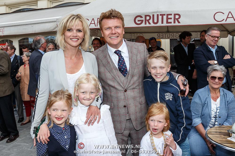 NLD/Amsterdam/20150526 - Boekpresentatie Huisje, Boompje, Buikje van Bastiaan Ragas, met partner Tooske Breugem en kinderen Sem, Leentje, Feline Hanneke en Catoo