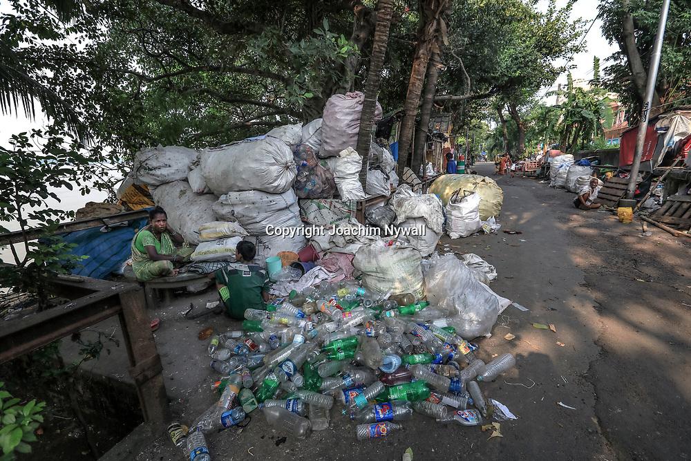 20171028 Kolkata Calcutta Indien<br /> Kumartuli folkliv<br /> Nere vid Hooghly floden eller Ganges<br /> Miljö arbete plast sortering<br /> ----<br /> FOTO : JOACHIM NYWALL KOD 0708840825_1<br /> COPYRIGHT JOACHIM NYWALL<br /> <br /> ***BETALBILD***<br /> Redovisas till <br /> NYWALL MEDIA AB<br /> Strandgatan 30<br /> 461 31 Trollhättan<br /> Prislista enl BLF , om inget annat avtalas.