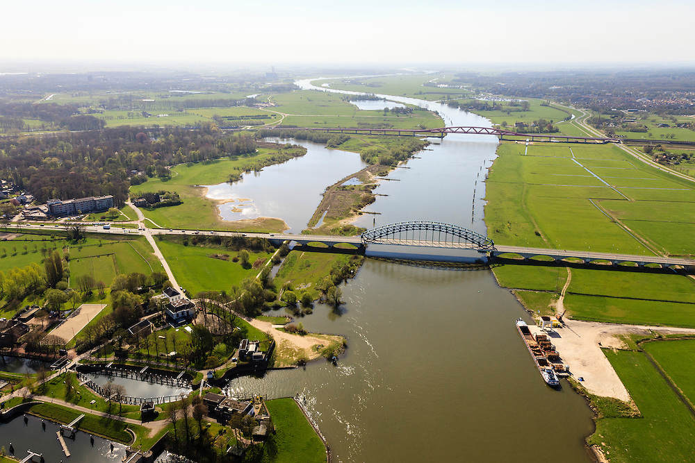 Nederland, Gelderland - Overijssel, Hattem, 01-05-2013; IJsselbrug voor autoverkeer bij Katerveer, gezien naar IJsselbrug, spoorbrug bij Hattem voor de Hanzelijn. <br /> De 'Hanzeboog' is ontworpen door  Quist Wintermans Architecten.<br /> The red railway bridge Hanzeboog (Hanseatic arch) over the IJssel near Zwolle, has been designed by Quist Wintermans Architects. IJsselbrug in the front.<br /> luchtfoto (toeslag op standard tarieven);<br /> aerial photo (additional fee required);<br /> copyright foto/photo Siebe Swart