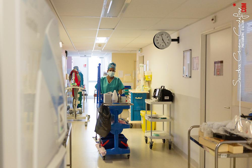 Extrait du reportage au long cours Covid19 ce que veut dire être soignant publié aux éditions Byakko en décembre 2020. <br /> Suivi du quotidien des équipes de l'hôpital d'instruction des armées Bégin de Saint-Mandé pendant la première vague de l'épidémie de coronavirus en France. Pendant 3 mois, la photographe a partagé le quotidien des personnels de garde : infirmières, aide-soignants, médecins, manipulateurs-radio, etc. au sein des différents services consacrés aux victimes du Covid-19. <br /> <br /> Avril-Juillet 2020 / Saint-Mandé (94) / FRANCE<br /> <br /> Charlyne, agent des services hospitaliers, circule dans les couloirs de la zone Covid pour assurer une propreté rigoureuse de l'hôpital et la sécurité sanitaire des personnes qui y travaillent ou y sont hospitalisées. <br /> <br /> Découvrir le livre Covid19 ce que veut dire être soignant https://byakko.fr/boutique/livre-covid19-ce-que-veut-dire-etre-soignant/<br /> Voir plus de photos de ce reportage (55 photos) https://sandrachenugodefroy.photoshelter.com/gallery/2020-04-Covid19-ce-que-veut-dire-tre-soignant/G0000_uUmPCIj7oo/C0000yuz5WpdBLSQ