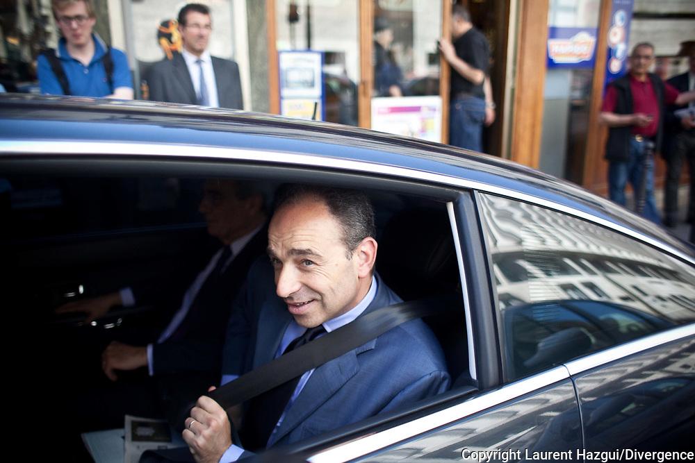 25052012. Paris 17ème. ELECTIONS LEGISLATIVES 2012 : Jean-François Copé soutient Bernard Debré. Rencontre avec des militants dans un café et visite du marché Poncelet.