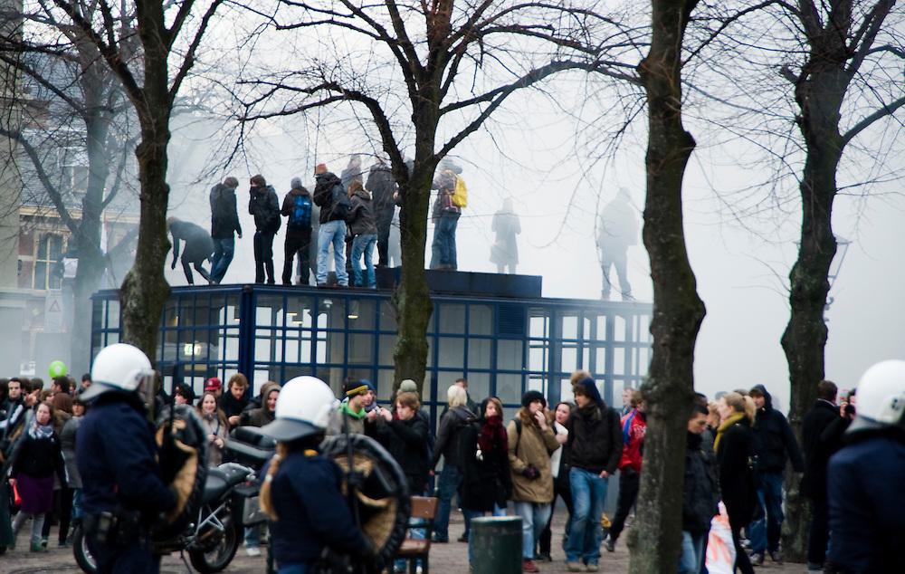 Nederland, Den Haag, 21 jan 2011.Studentenprotest tegen bezuizingingen in het hoger onderwijs op het Malieveld in den Haag. .Na de demonstratie waren er schermutselingen met de ME rond het gebouw van de Tweede Kamer. De politie verdreef de studenten onder andere met traangas..Foto (c)  Michiel Wijnbergh