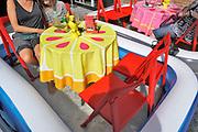 Nedeland, Den Bosch, 12-8-2018Vanwege de hitte van de afgelopen weken, en vandaag, heeft een horecagelegenheid in de stad drie tafeltjes in een badje met water gezet . Op deze manier kunnen klanten afkoelen tijdens het nuttigen van de consumptie . Deze zomer waren er twee hittelgolven en zijn warmterecords gebroken .Foto: Flip Franssen