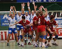 Håndball: Tetyana Shtefan, Zaglebie, tar frikast og reduserer til femmålsledelse, Nordstrand. Cupvinnercup Kvartfinale Nordstrand - CB Zaglebie Lubin (Polen). 17. mars 2002. (Foto: Peter Tubaas/Digitalsport)