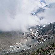 Foto von Schmadribachfall in die Wolken im hinteren Lauterbrunnental