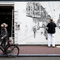 Nederland, Amsterdam, 8 oktober 2017.<br /> Kunstenaar Floris Tilanus werkt aan zijn muurschildering in de Utrechtsestraat nr 85.<br /> <br /> <br /> Foto: Jean-Pierre Jans