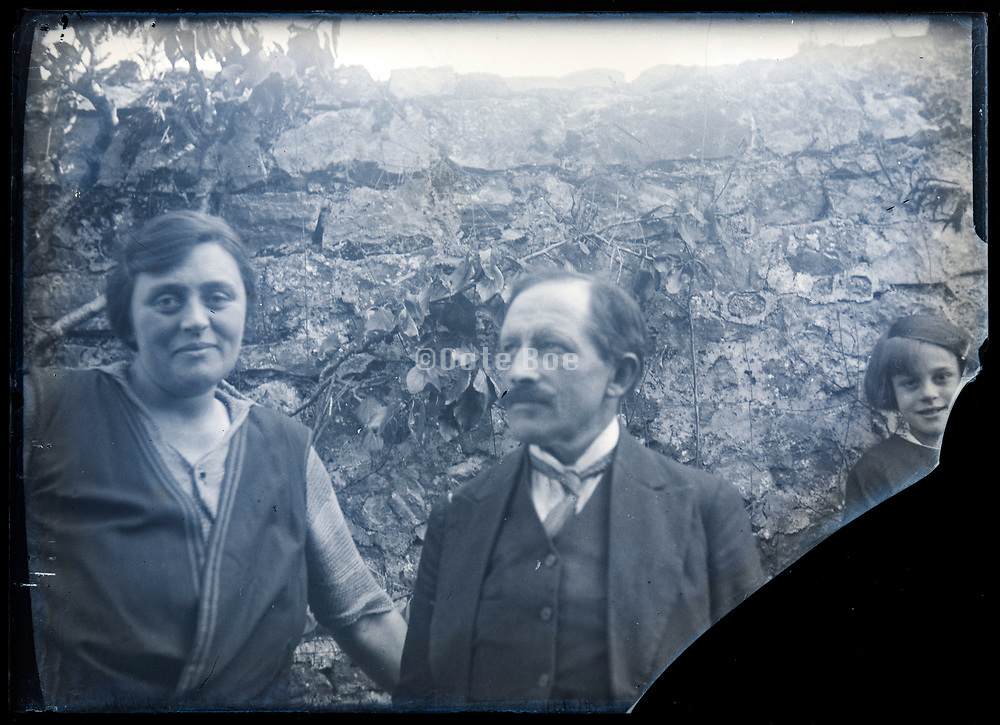 broken glassplate with casual family portrait France ca 1920s