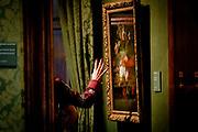 Juliana Awada, de echtgenote van de Argentijnse president Mauricio Macri, brengt samen met koningin Maxima een bezoek aan het Mauritshuis. Zij kregen een rondleiding langs werken van Hollandse meesters uit de Gouden Eeuw, zoals Vermeer, Rembrandt en Potter.<br /> <br /> Juliana Awada, the wife of the Argentine president Mauricio Macri, reunites with Queen Maxima visit the Mauritshuis. They were given a tour of works by Dutch masters of the Golden Age, such as Vermeer, Rembrandt and Potter.