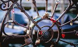THEMENBILD - Liebesschlösser an einem Messingzaun, aufgenommen am 05. Oktober 2019 in Venedig, Italien // Love locks on a brass fence, in Venice, Italy on 2019/10/05. EXPA Pictures © 2019, PhotoCredit: EXPA/Stefanie Oberhauser