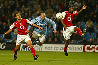 Fotball<br /> Foto: SBI/Digitalsport<br /> NORWAY ONLY<br /> <br /> Manchester City v Arsenal<br /> <br /> Carling Cup Rd3.<br /> <br /> 27/10/2004.<br /> <br /> Man City's Antoine Sibierski gets in diving header that is saved by the Arsenal keeper
