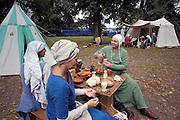 Nederland, Nijmegen, 31-8-2003..Een groep acteurs,figuranten speelt een middeleeuwse act op het Valkhof, en brengt het leven in de middeleeuwen tot leven. Foto: Flip Franssen/Hollandse Hoogte