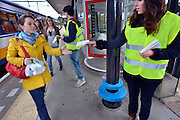 Nederland, Arnhem, 28-9-2012De gemeente Arnhem heeft een noodverordening uitgevaardigd vanwege mogelijke toestroom van Facebook feestje jongeren. Controle op toegangswegen, op en bij de stations en in de wijk. Werkstudenten delen op station Velperpoort folders uit van de gemeente met daarop de richtlijnen van de noodverordening.Foto: Flip Franssen/Hollandse Hoogte