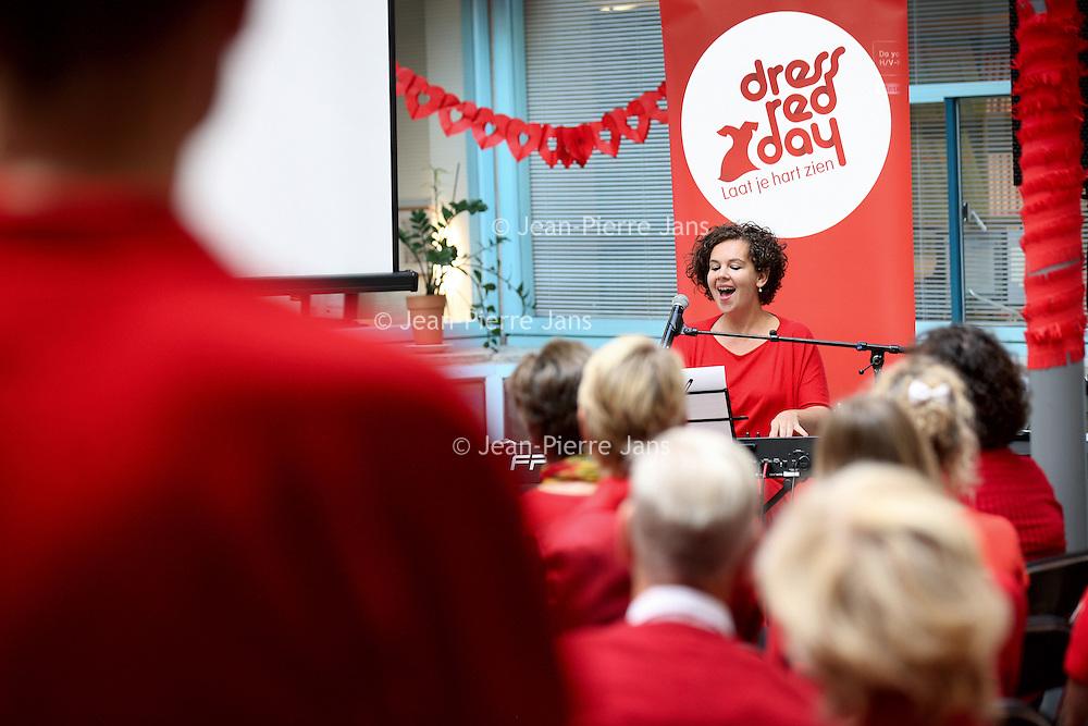Nederland, Amsterdam , 29 september 2013.<br /> Al eerder besteedden we bij powervrouwen.blog aan Dress Red Day. Er wordt de laatste tijd steeds meer bekend over genderspecifieke geneeskunde, waaronder cardiologie.<br /> Dat houdt o.a. in dat de symptomen van een hartaanval bij vrouwen heel anders zijn dan die bij mannen. Vrouwen hebben bijvoorbeeld heel vaak niet de bekende olifantspoot op de borst, maar andere verschijnselen.<br /> Hierdoor wordt de diagnose nog steeds vaak gemist en vormen hart en vaatziektes wel doodsoorzaak nummer 1 bij vrouwen.<br /> De afdeling cardiologie van het VUmc organiseert op vrijdag 27 september van 10.00 tot 12.00 uur een voorlichtingsbijeenkomst . Om half 12 treedt cabaretière Sara Kroos belangeloos op.<br /> De bijeenkomst is in patio X in de polikliniek<br /> Foto:Jean-Pierre Jans